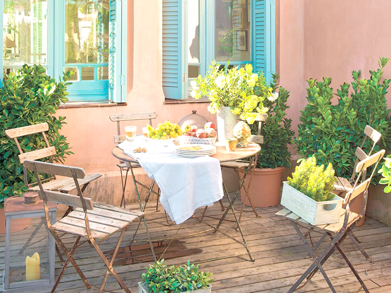 Mesa y sillas en terrazas pequeñas
